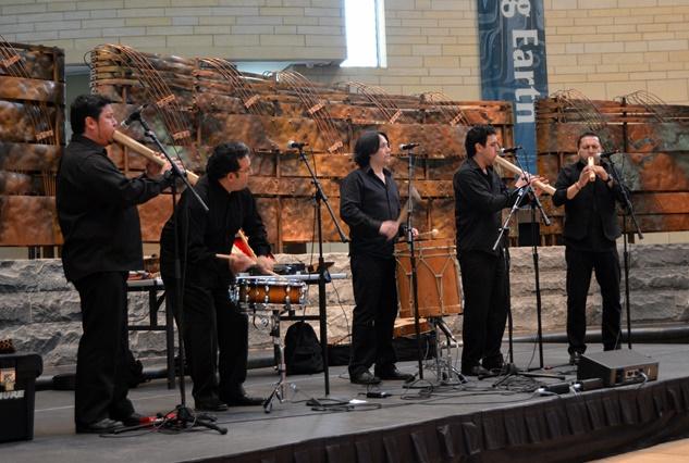 El grupo chileno Los Sacha tocando en el museo