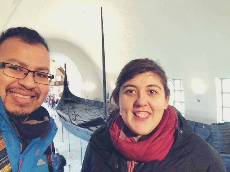 Nosotrosw junto a un barco de 1.100 años