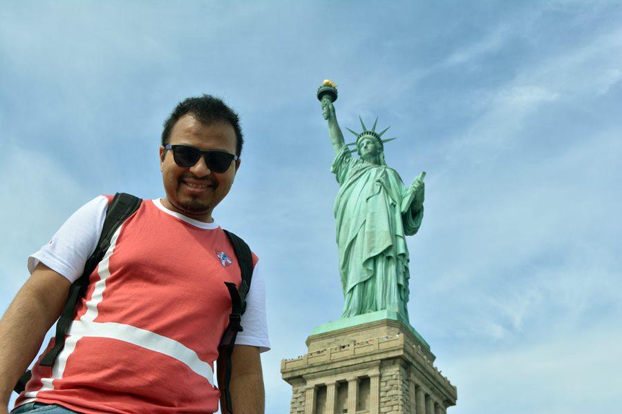 Viajar a Nueva York con poco dinero - Yo junto a la estatua de la Libertad