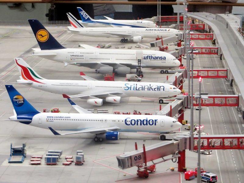 Flota de aviones en un aeropuerto.