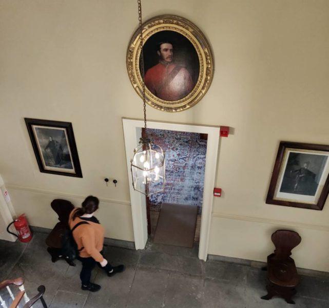 Visitar la Casa Georgiana de Edimburgo - Miriam paseando en la casa