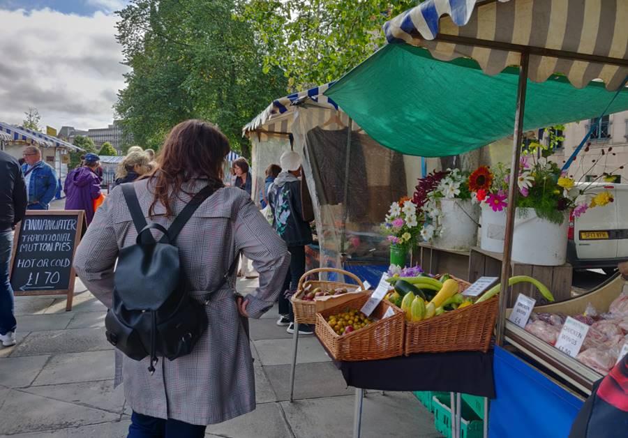 Miriam recorriendo el Farmers Market - visitar los mercadillos de Edimburgo