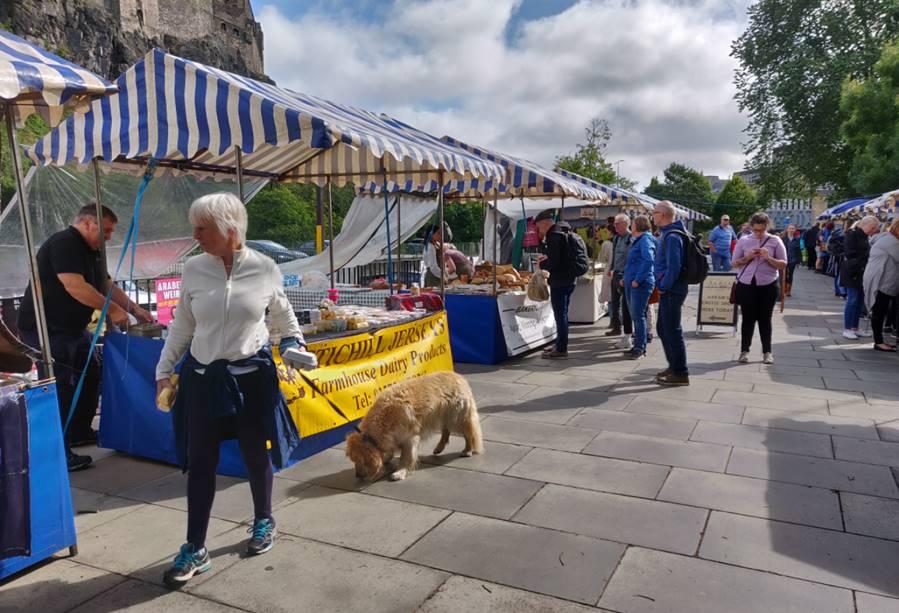 Mercadillo junto al castillo - visitar los mercadillos de Edimburgo