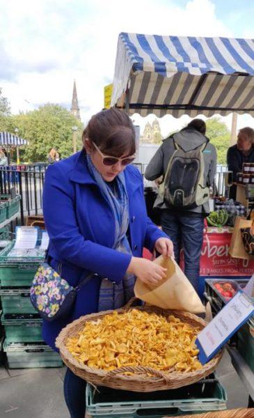 Miriam comprando setas - visitar los mercadillos de Edimburgo