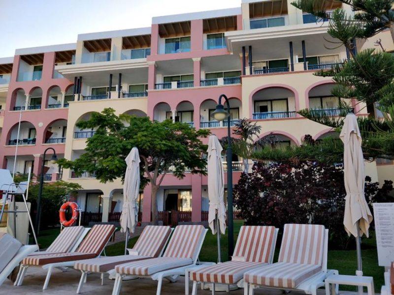 Todo incluido en Tenerife opiniones - Tumbonas frente a la piscina