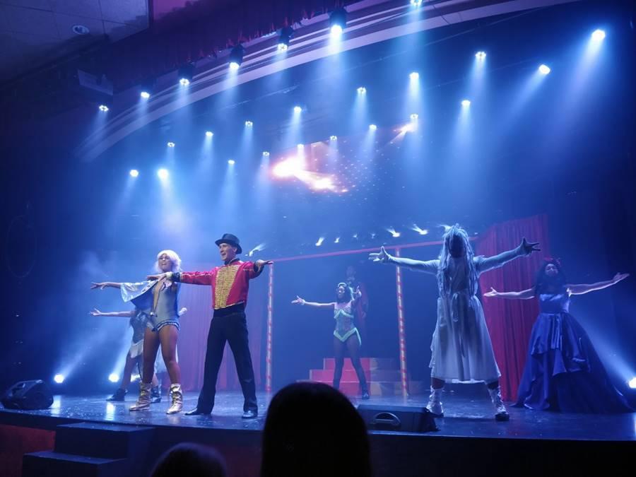 Todo incluido en Tenerife opiniones - Personas bailando en el teatro