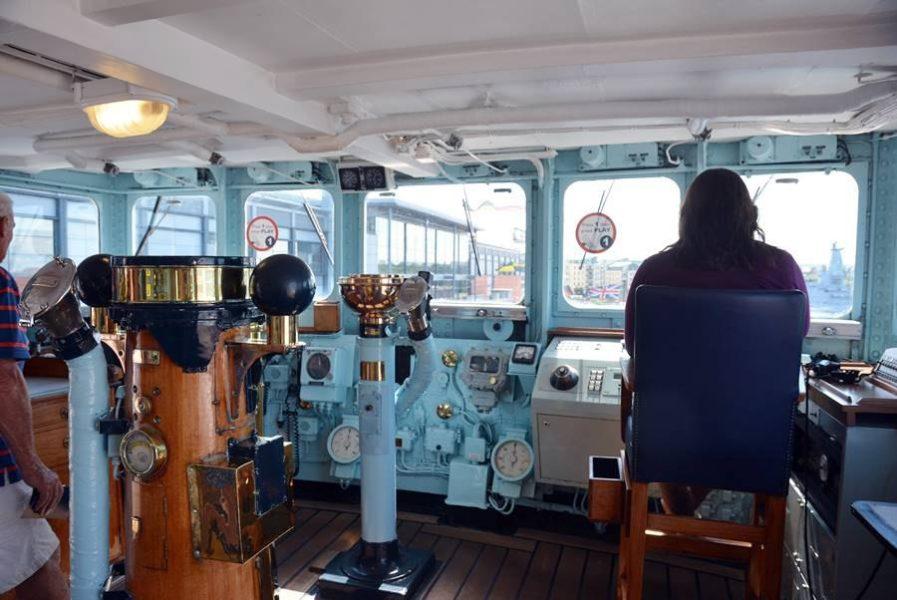 Visitar el Barco Britannia en Edimburgo, Miri en la sala de operaciones