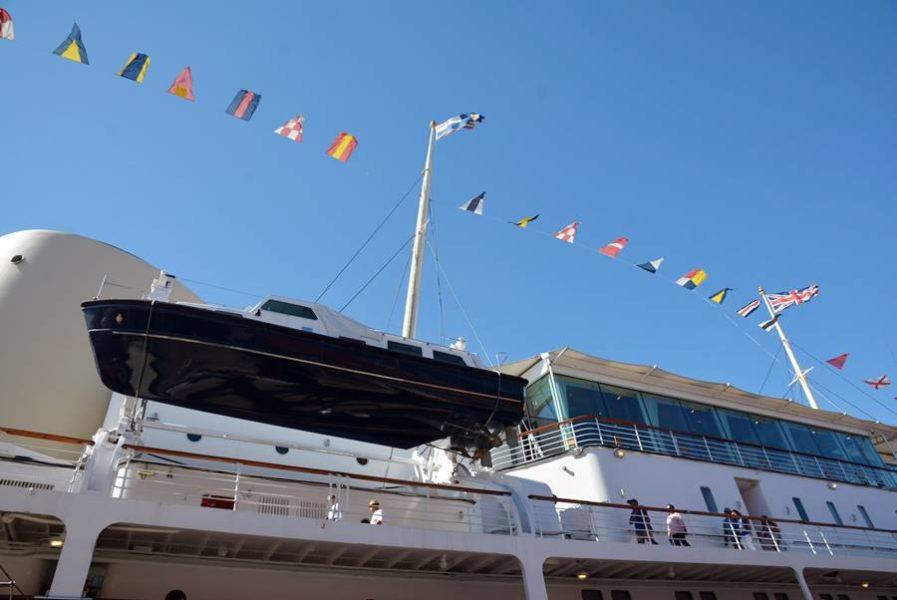 Visitar el Barco Britannia en Edimburgo, el yate por fuera.